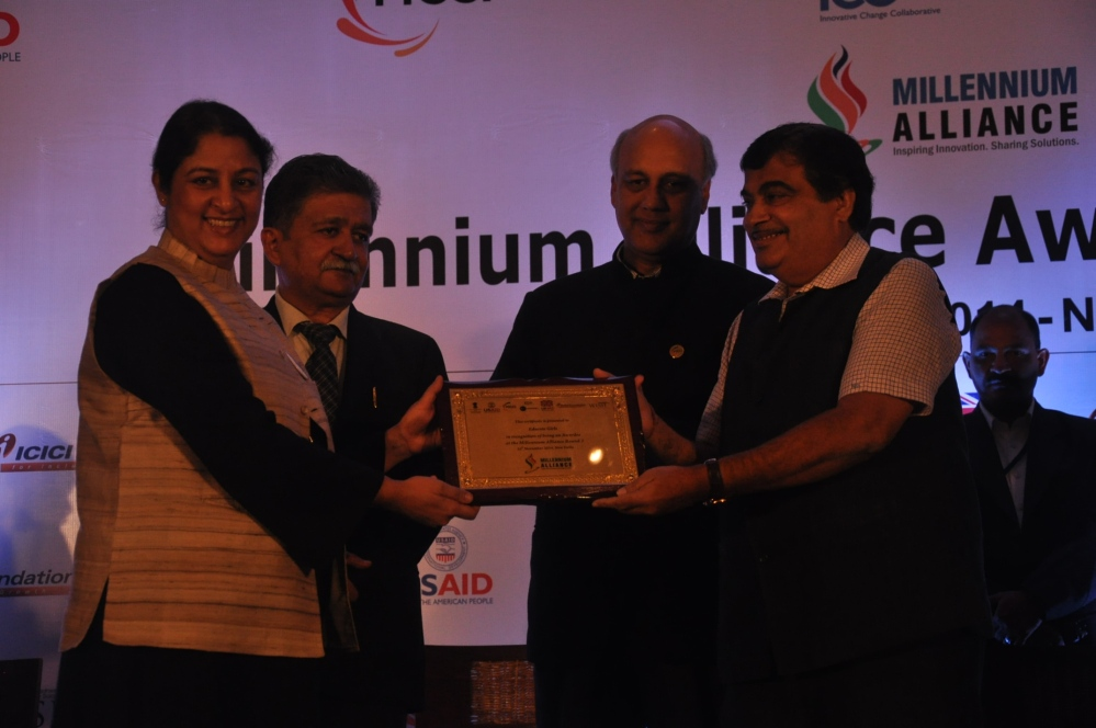 Safeena Husain, Executive Director & Founder of Educate Girls, receives the Millennium Alliance Award from Nitin Gadkari, Union Minister of the Ministry of Road Transport & Highways and Shipping, Govt. of India